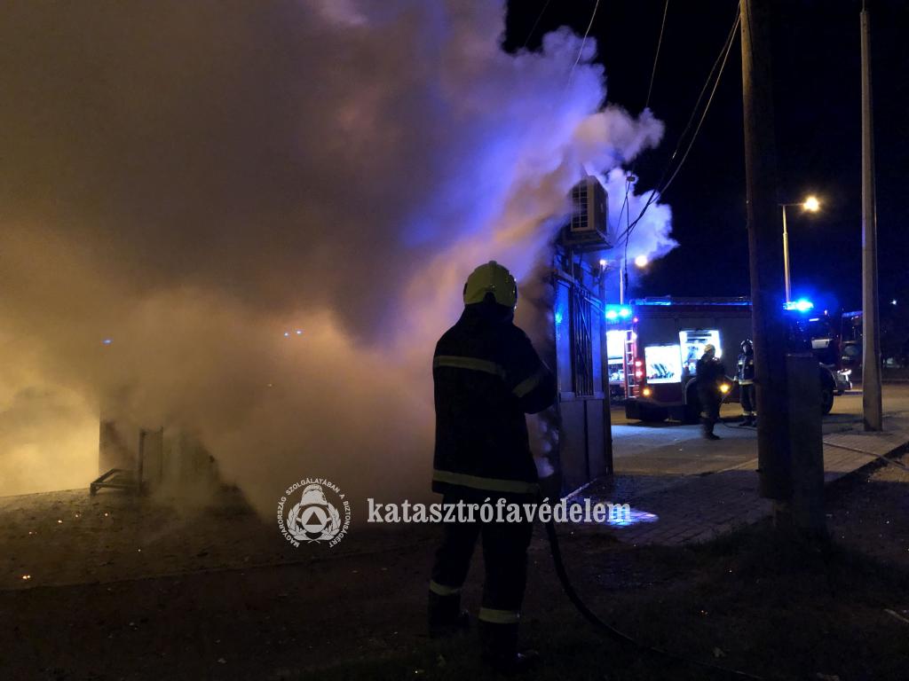 Füstölő trafik előtt tűzoltó